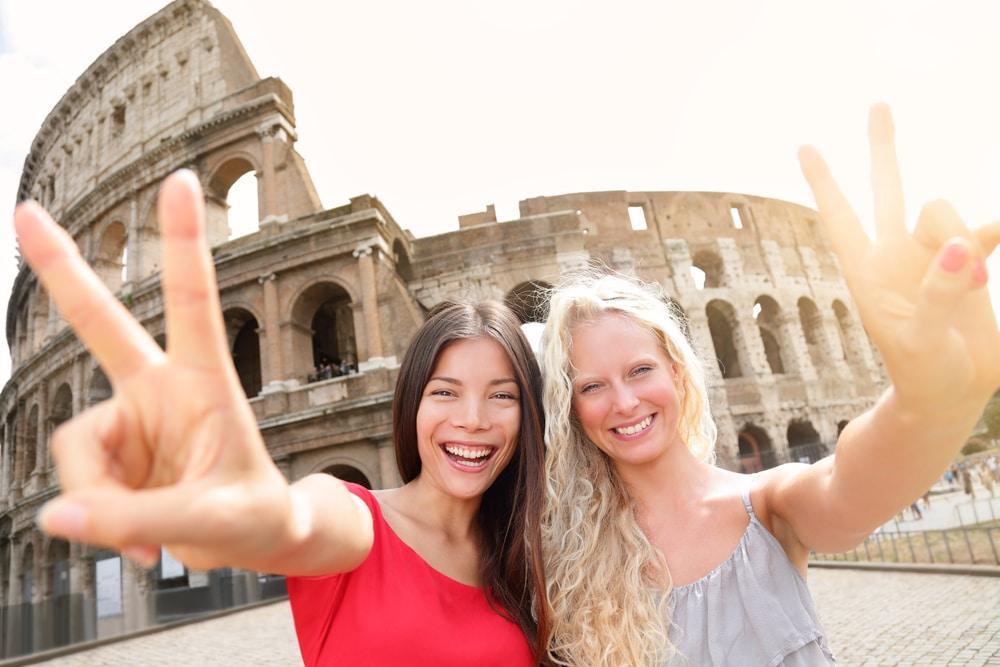 Amis voyageant en Europe