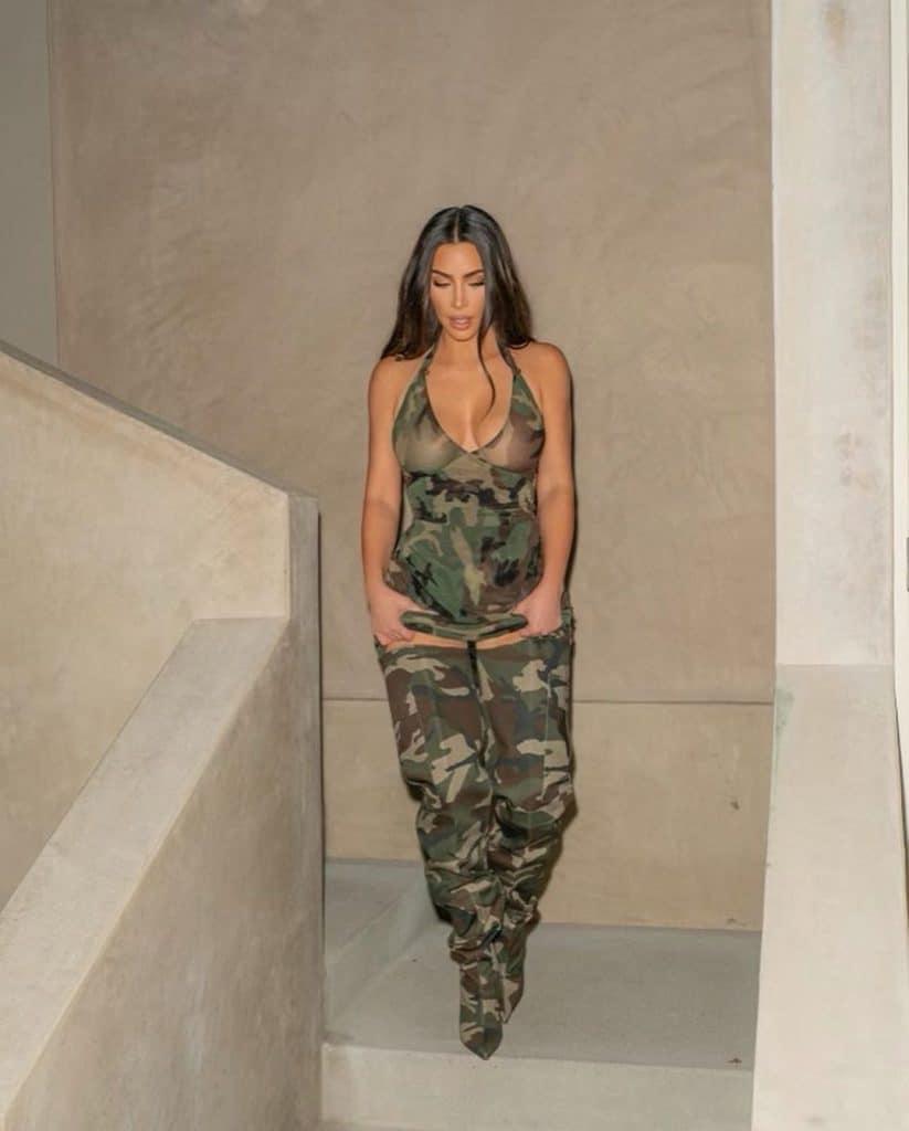 kim kardashian en total look militaire erreur mode