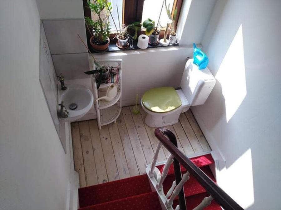 Des toilettes installées entre deux escaliers