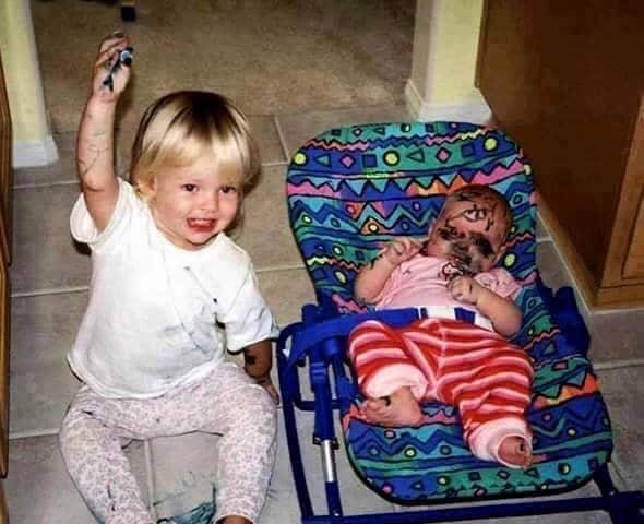 Enfants drôles avec un marqueur