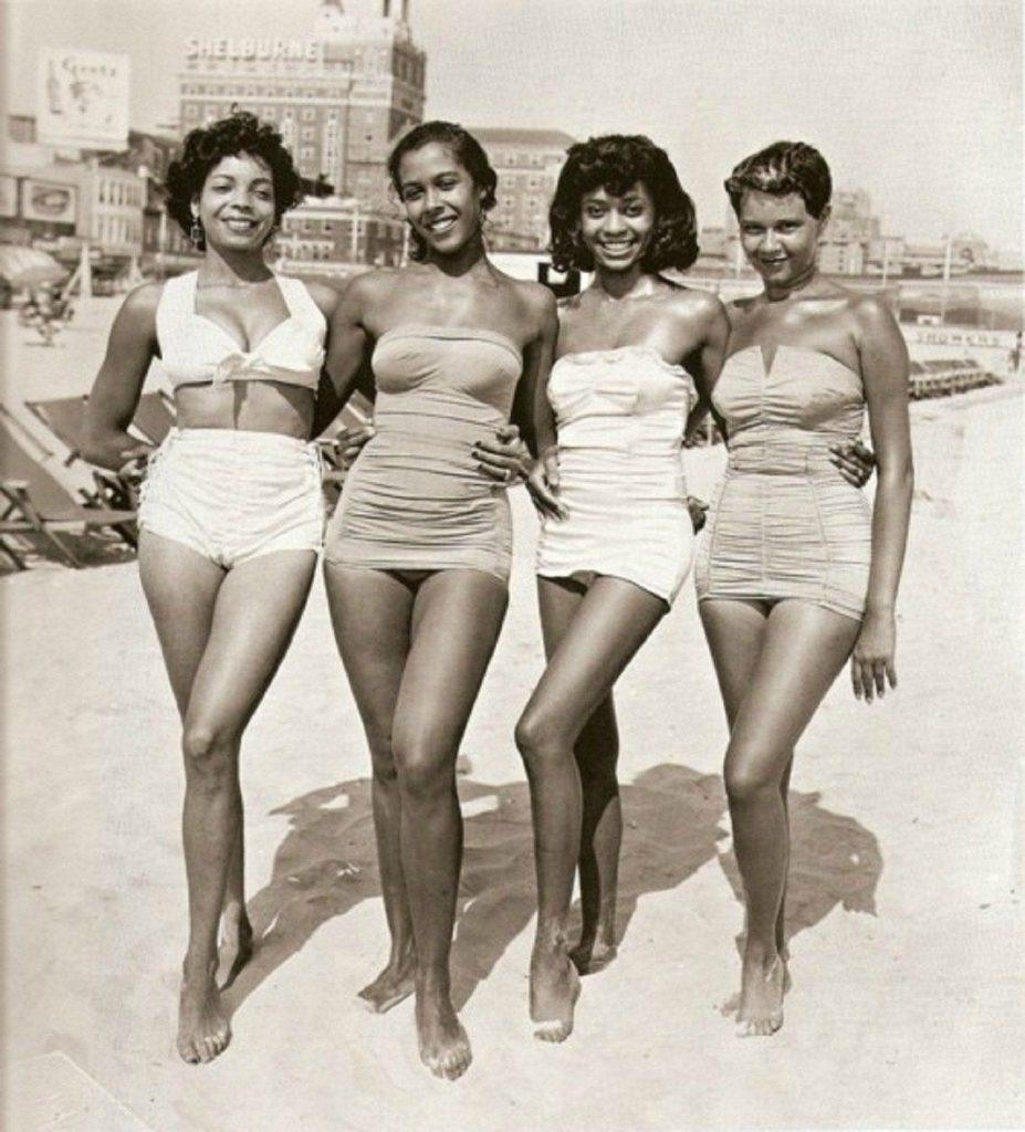Femmes des années 50 à la plage