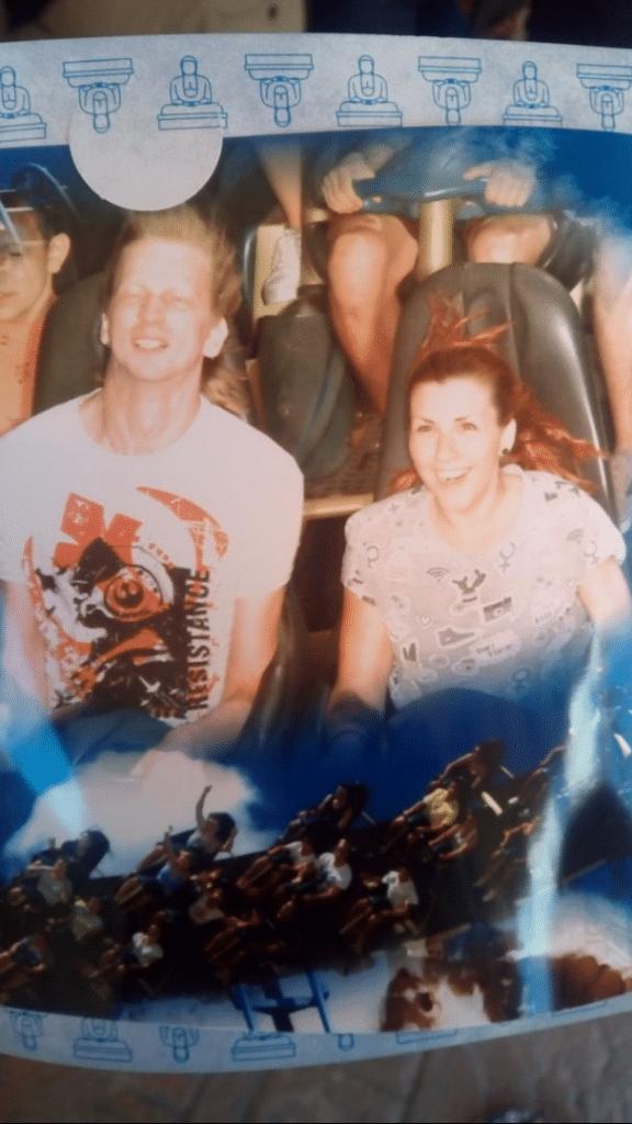 Homme et femme sur des Montagnes russes