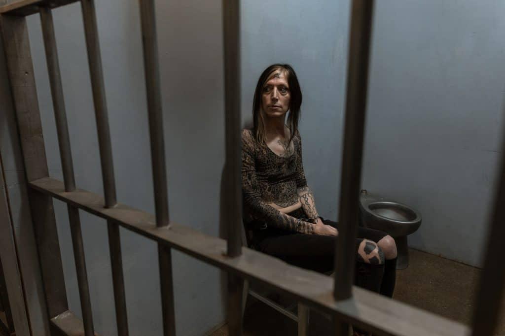 Une femme derrière les barreaux