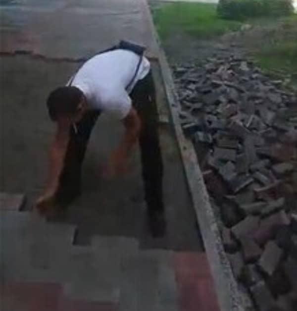 Ouvrier qui enlève les pavés