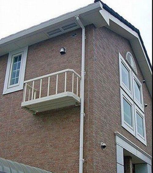 Un balcon mal placé