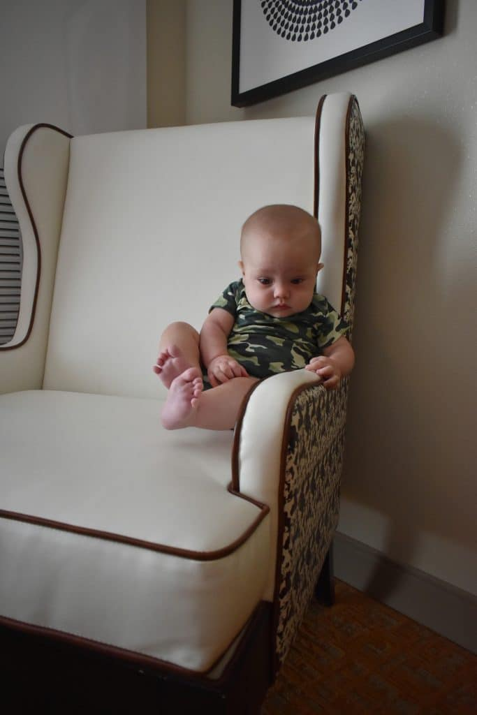 Un bébé flottant