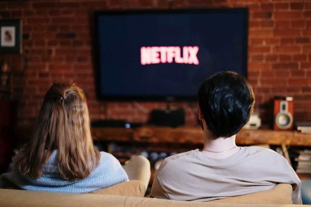 Un couple regardant la télévision