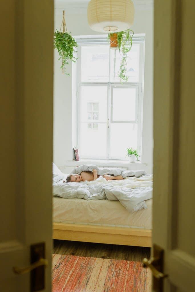 Un enfant dormant près de la fenêtre