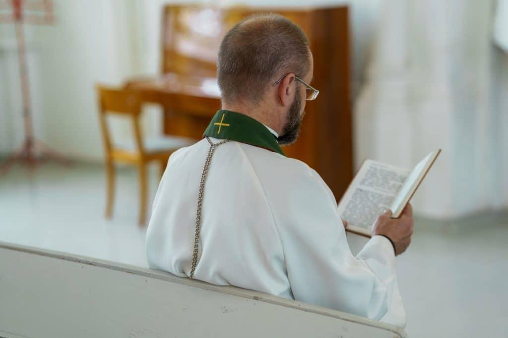 Un prêtre dans une église