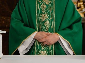 Un prêtre devant l'autel