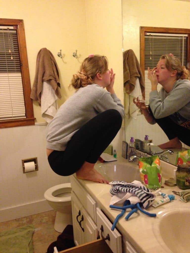 Une jeune femme qui se maquille