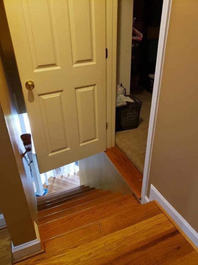 Une porte et un escalier