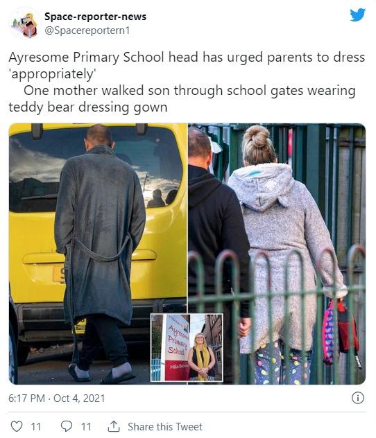 Des parents vêtus de vêtements de nuit devant une école