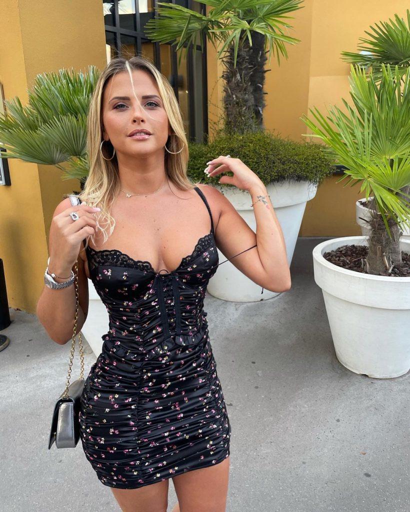 Kelly Vedovelli robe très moulante
