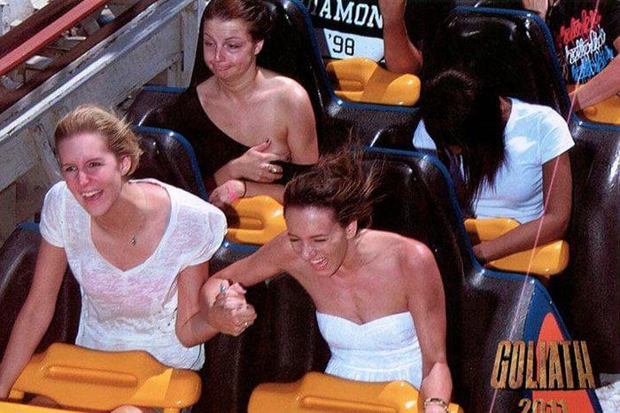 Un groupe de femmes faisant un tour de montagnes russes