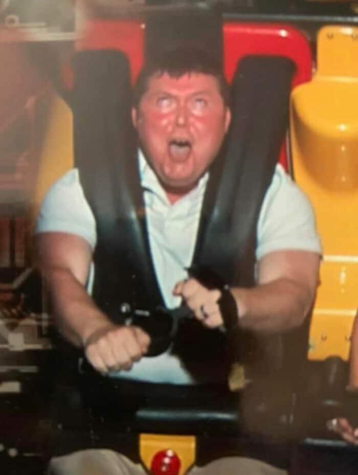 Un homme pressé de faire des montagnes russes