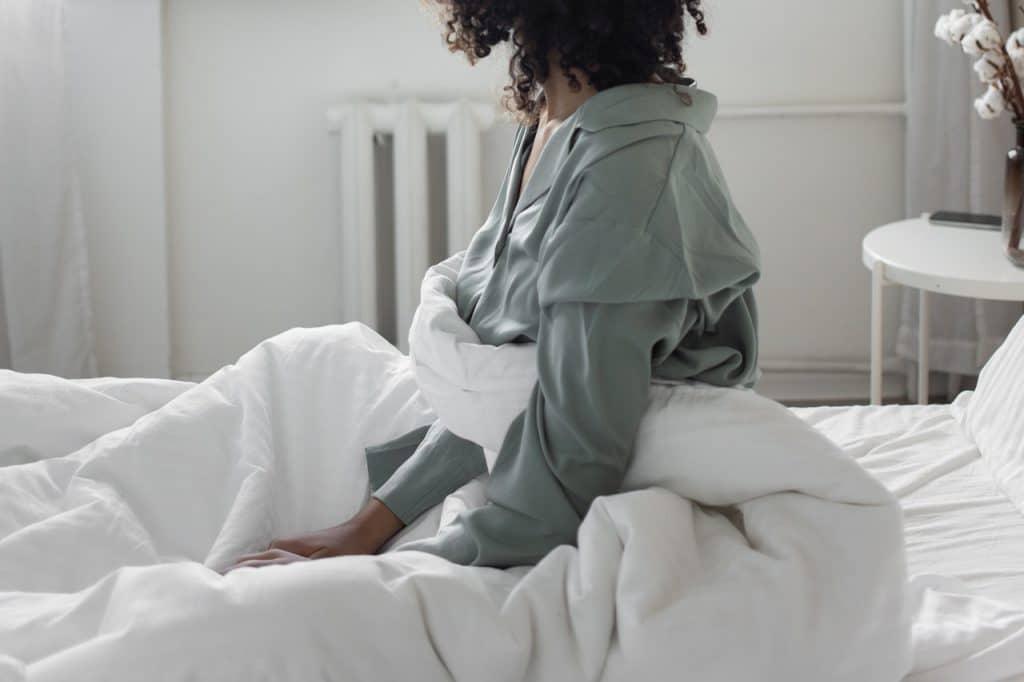 Une femme en pyjama